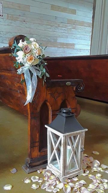 Premium pew marker made of hydrangea and roses.